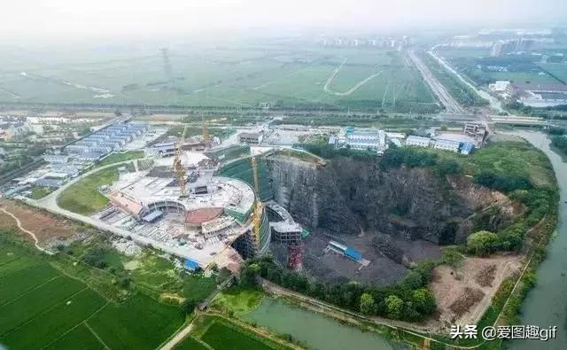 挖80米深大坑耗资20亿填了10年,今成世界奇迹