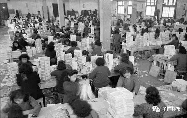 民國通脹時期,印鈔廠鈔票堆積如山,如同廢紙